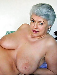 Sexy-shaped aged mama demonstrates her tricks
